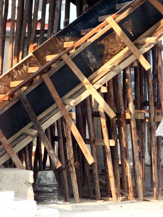 Construcción de las escaleras para una casa residencial imagenes de archivo