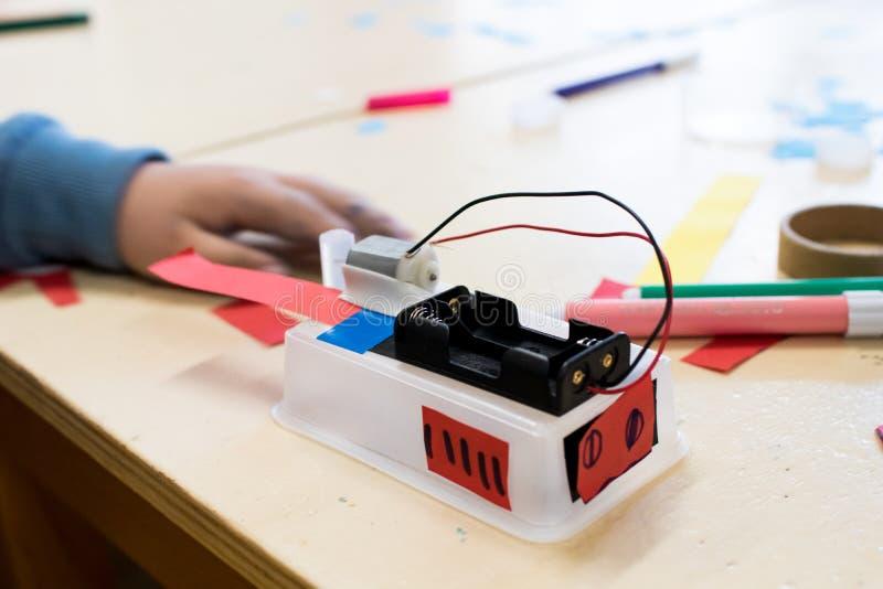 Construcción de los robots del ` s de los niños en la escuela foto de archivo libre de regalías