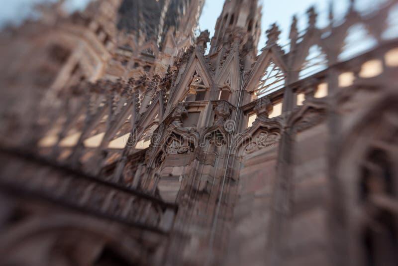 Construcción de mármol blanca en el tejado de los di famosos Milano, plaza del Duomo de la catedral en Milán, Italia Falta de def imagen de archivo libre de regalías