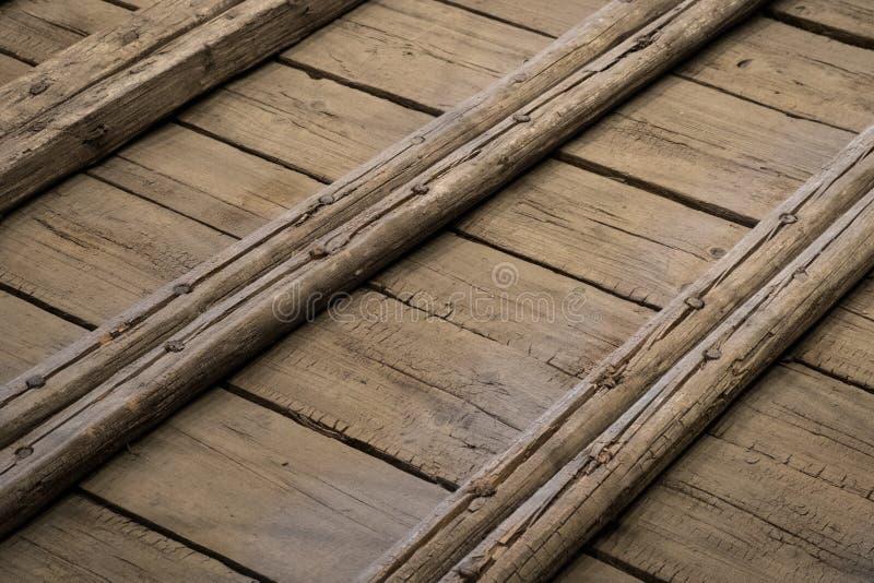 Construcción de madera de una cubierta vieja de la nave, suelo de madera imagenes de archivo