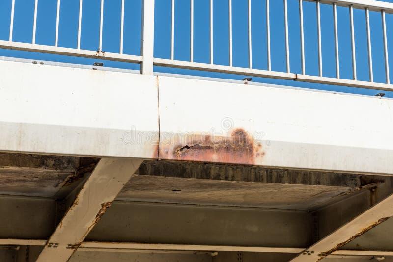 Construcción de puente dañada y aherrumbrada del metal con moho y corrosión en parte conectada con el peligro de los pernos para  imágenes de archivo libres de regalías
