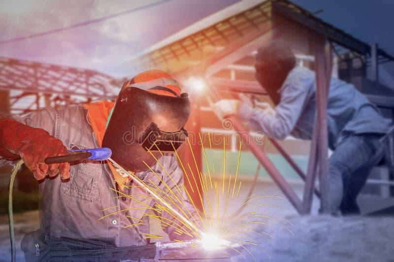 Construcción de soldadura del trabajador en el proceso de soldadura del proyecto del sitio imagen de archivo libre de regalías
