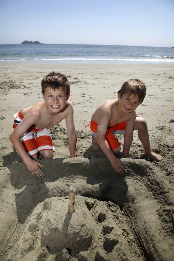 Construcción de un castillo de arena foto de archivo libre de regalías