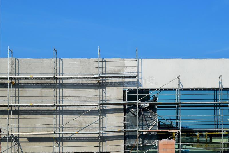 Construcción de un centro comercial moderno con una fachada del vidrio y del hormigón y un estacionamiento subterráneo, en un día fotografía de archivo
