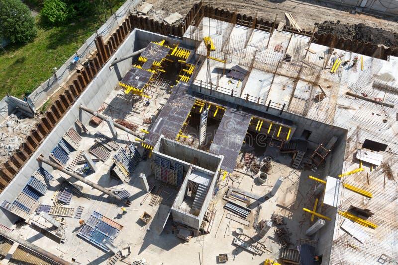Construcción de un edificio de apartamentos en la etapa inicial fotos de archivo libres de regalías