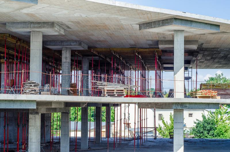 Construcción de un edificio monolítico, bosques de la construcción, fil fotografía de archivo