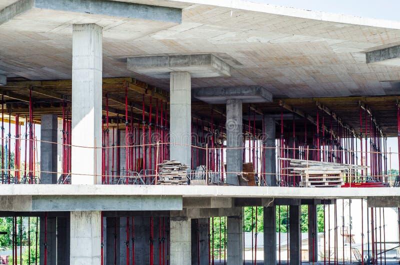 Construcción de un edificio monolítico, bosques de la construcción, fil imagenes de archivo