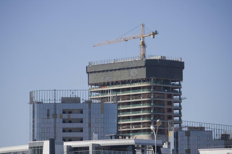 Construcción de un edificio de oficinas fotos de archivo libres de regalías