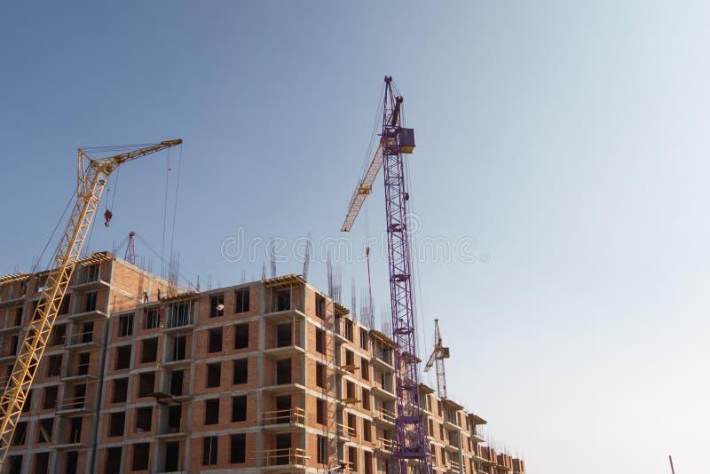 Construcción de un edificio residencial de varios pisos Grúa púrpura atractivo fotos de archivo libres de regalías