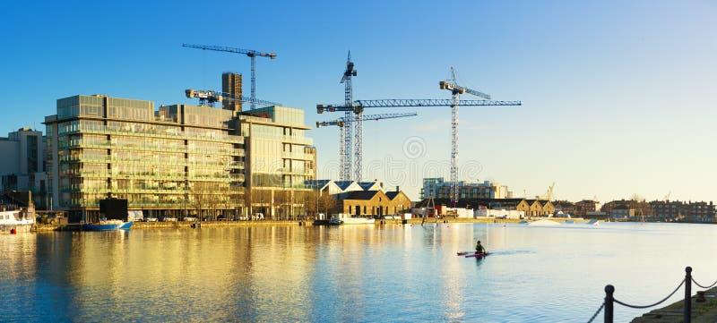 Construcción de un nuevo bloque de oficina en Grand Canal en Dublín, Irel imagenes de archivo