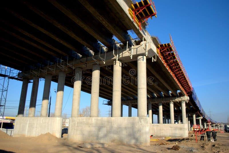 Construcción de un paso superior en la carretera M5 en la ciudad de Togliatti imágenes de archivo libres de regalías