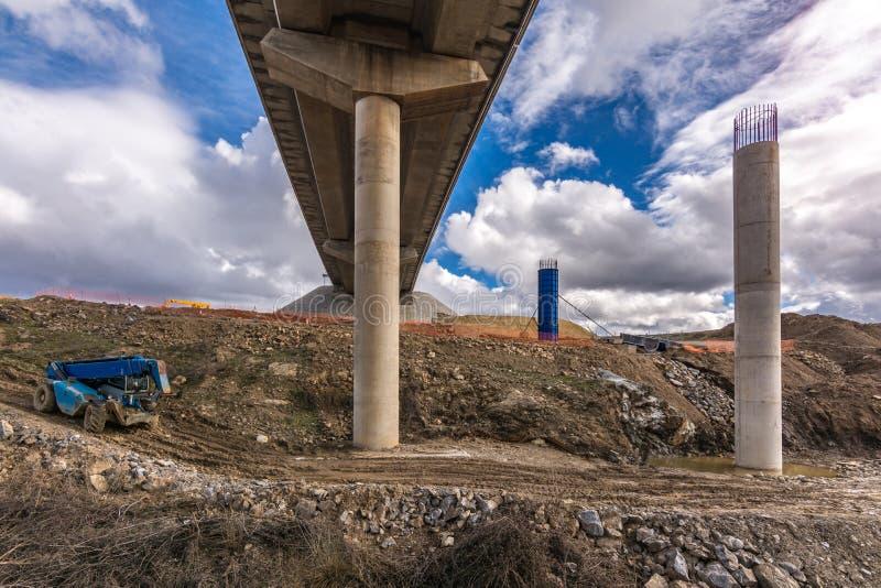 Construcción de un viaducto, genio civil para construir un camino fotografía de archivo
