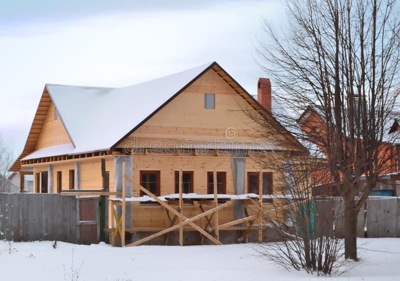 Construcción de una casa de madera en el pueblo foto de archivo
