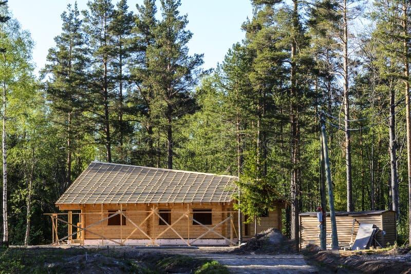 Construcci?n de una casa hermosa hecha de la madera, armonioso cabiendo en la naturaleza del norte fotografía de archivo libre de regalías