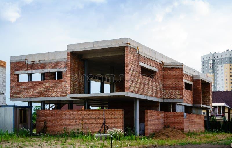 Construcción de una nueva casa europea del estilo foto de archivo