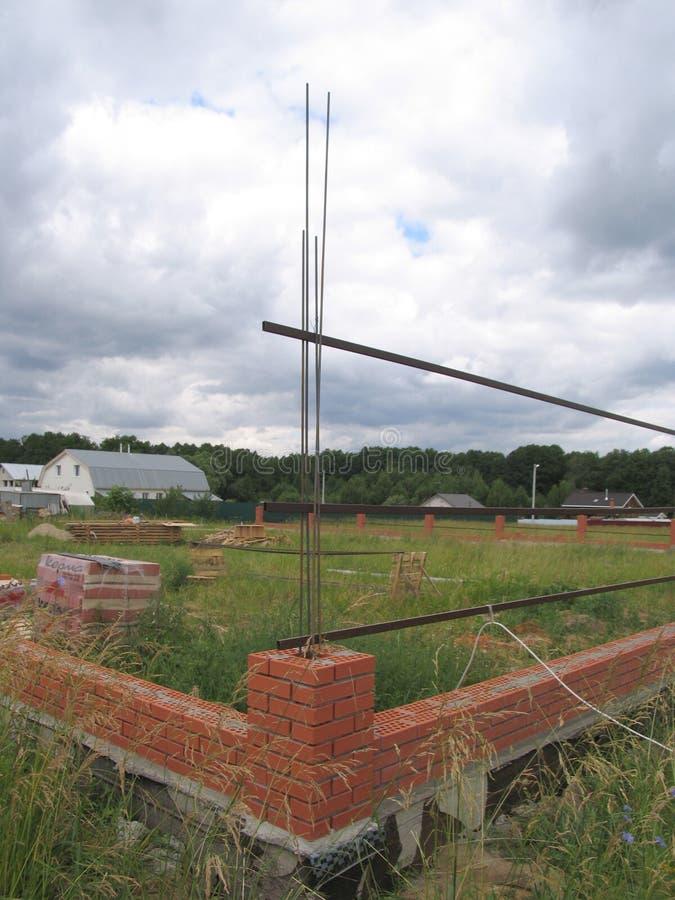 Construcción de una nueva cerca del ladrillo foto de archivo