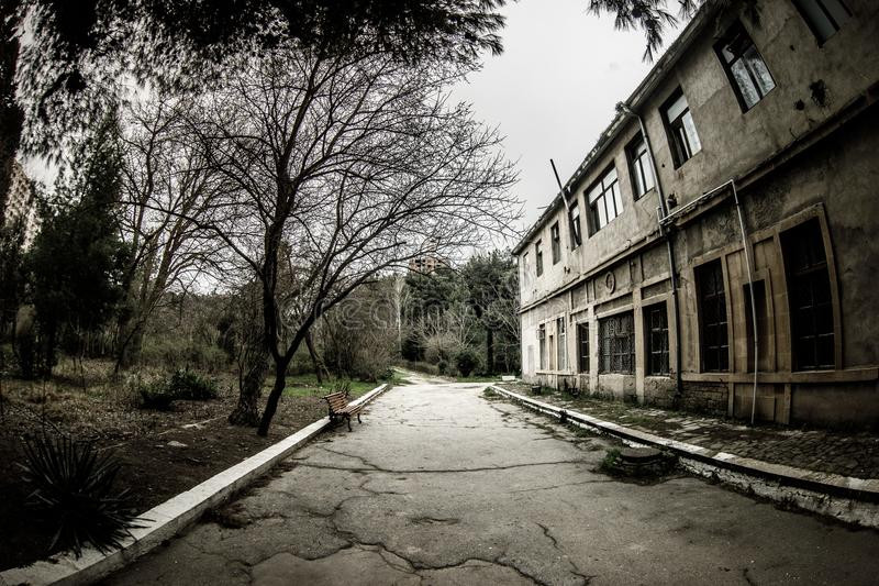 Construcción de viviendas abandonada del pueblo en el jardín de Baku Botanical Nadie en el parque con los árboles primavera imagenes de archivo