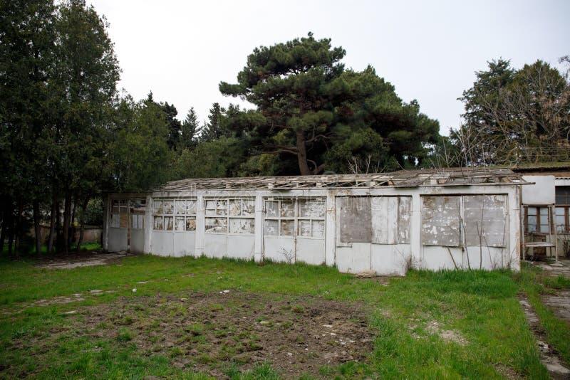 Construcción de viviendas abandonada del pueblo en el jardín de Baku Botanical Nadie en el parque con los árboles primavera fotografía de archivo libre de regalías