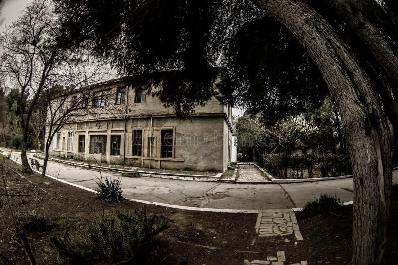 Construcción de viviendas abandonada del pueblo en el jardín de Baku Botanical Nadie en el parque con los árboles primavera imágenes de archivo libres de regalías