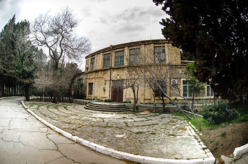 Construcción de viviendas abandonada del pueblo en el jardín de Baku Botanical Nadie en el parque con los árboles primavera fotos de archivo