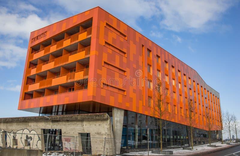 Construcción de viviendas anaranjada moderna en Groninga imagenes de archivo