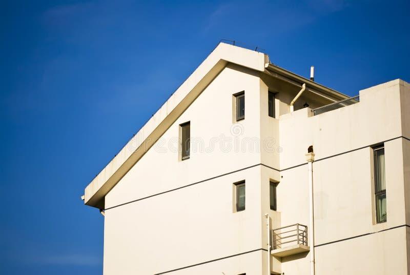 Construcción de viviendas bajo el cielo azul - fotografía de archivo libre de regalías