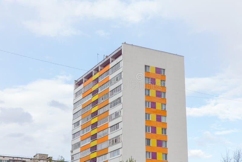 Construcción de viviendas Bloque de viviendas vivo moderno y con estilo Multistoried Casas de las propiedades inmobiliarias?, pla foto de archivo libre de regalías
