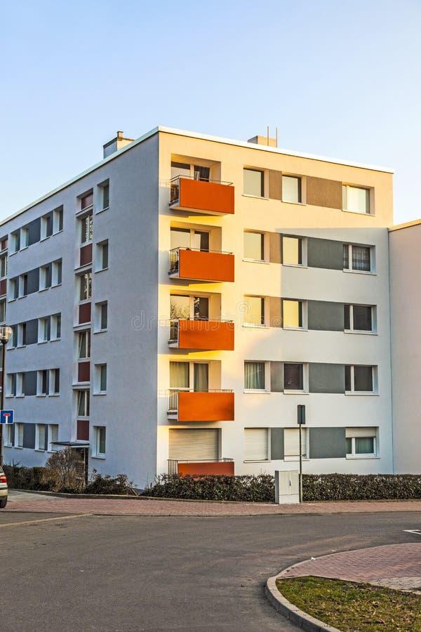Construcción de viviendas con el cielo azul fotografía de archivo libre de regalías