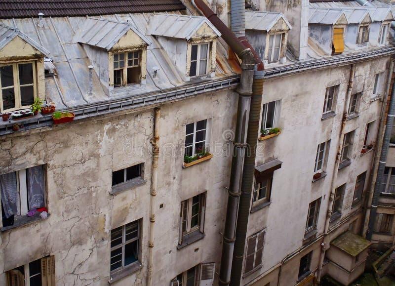 Construcción de viviendas del viejo estilo con las ventanas abuhardilladas, París, Francia foto de archivo