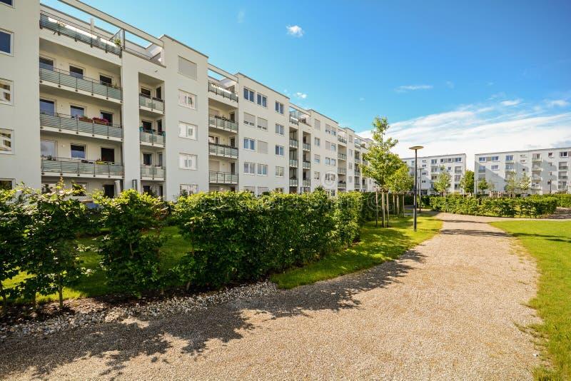 Construcción de viviendas en la ciudad - fachada de nuevas casas residenciales modernas con estándar de la energía baja fotos de archivo