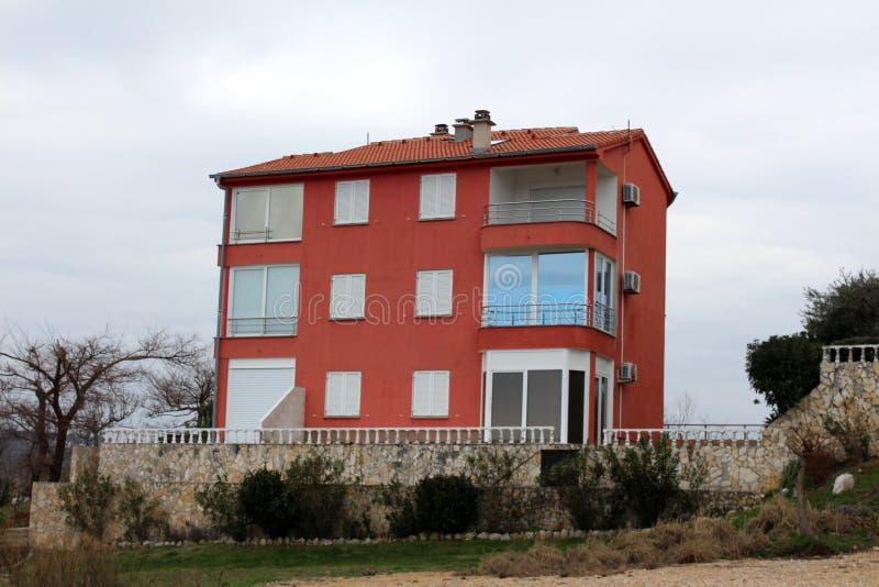 Construcción de viviendas mediterránea cerrada para el invierno fotos de archivo