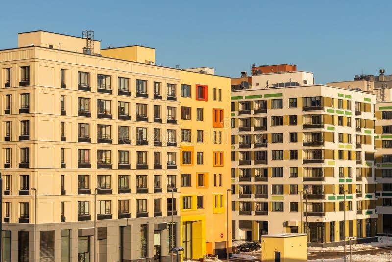 Construcción de viviendas moderna con las fachadas coloridas en las cercanías de la ciudad Moscú, Rusia imagen de archivo