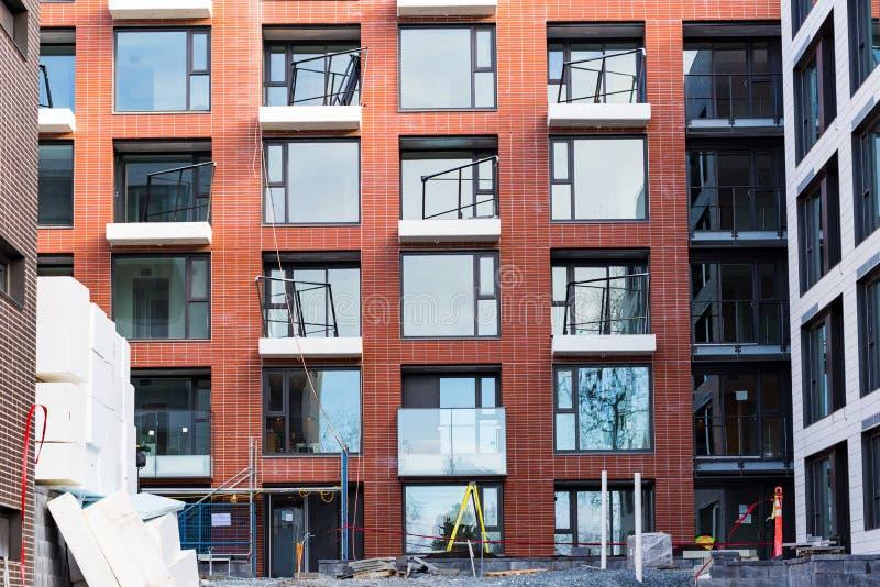 Construcción de viviendas moderna y nueva Bloque de viviendas vivo de varios pisos, moderno, nuevo y elegante Casas de las propie imagen de archivo