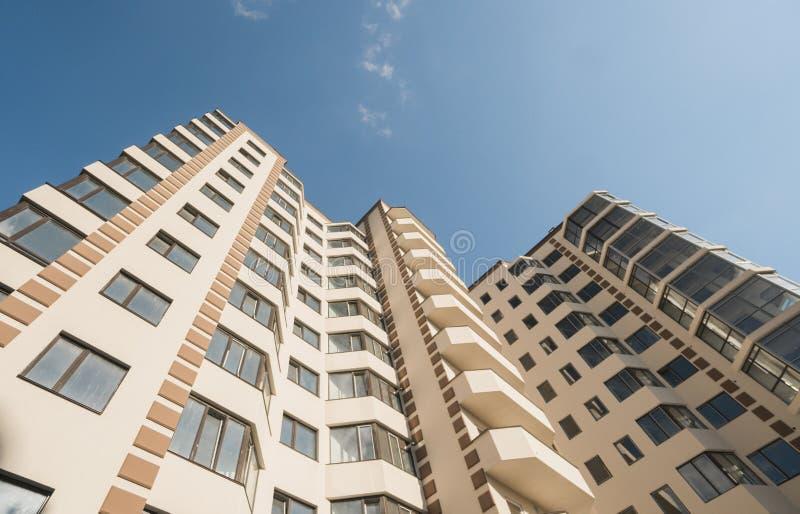 Construcción de viviendas moderna y nueva Bloque de viviendas vivo de varios pisos, moderno, nuevo y elegante Casas de las propie foto de archivo