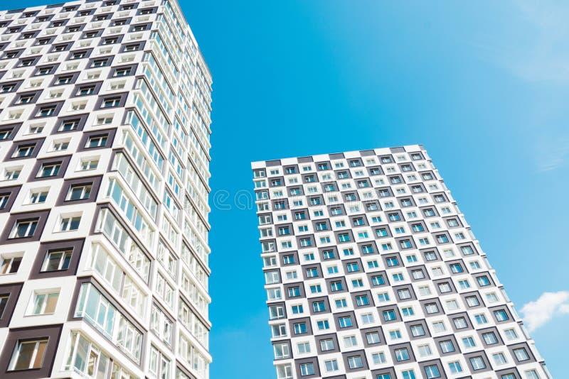 Construcción de viviendas moderna y nueva Foto de un bloque de viviendas alto contra un cielo azul imágenes de archivo libres de regalías