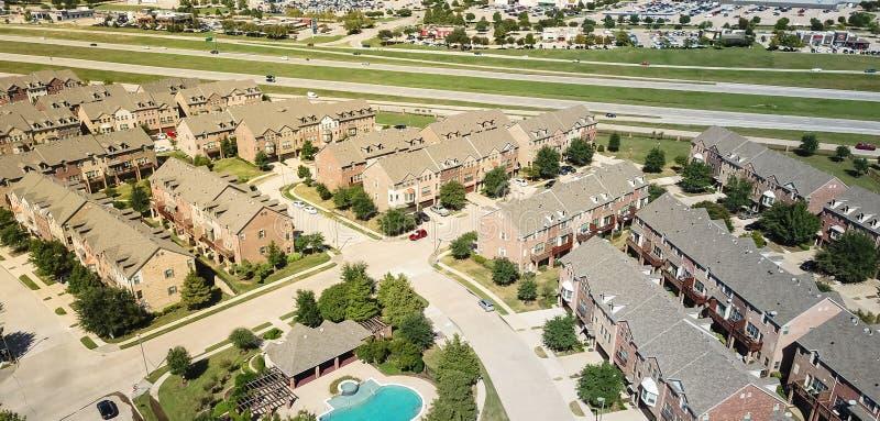 Construcción de viviendas panorámica de la visión aérea con la piscina cerca de las calles de la carretera y de las compras imagen de archivo
