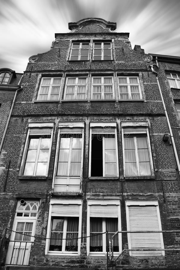 Construcción de viviendas vieja en Bélgica del exterior fotografía de archivo