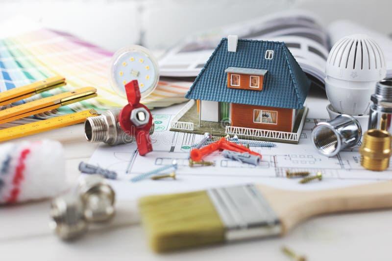 construcción de viviendas y concepto de la reparación - artículos de la construcción y del diseño fotos de archivo