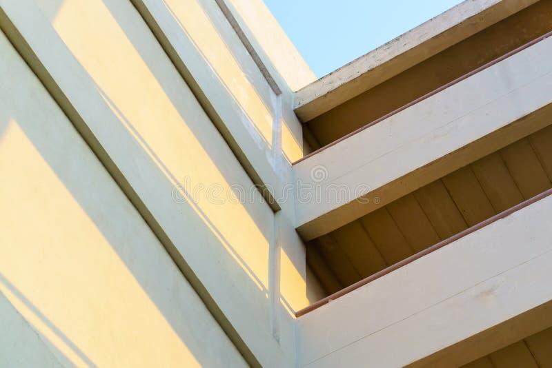 Construcción del edificio exterior, viejo con la sombra de la luz del sol fotos de archivo