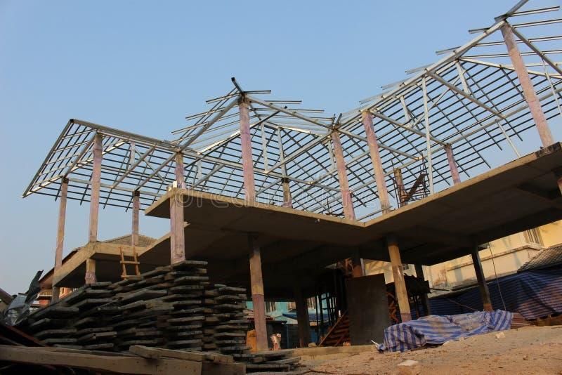 Construcción del marco que una casa residencial detrás del edificio suministra fotos de archivo libres de regalías