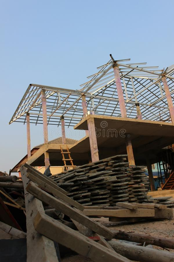 Construcción del marco que una casa residencial detrás del edificio suministra imagenes de archivo