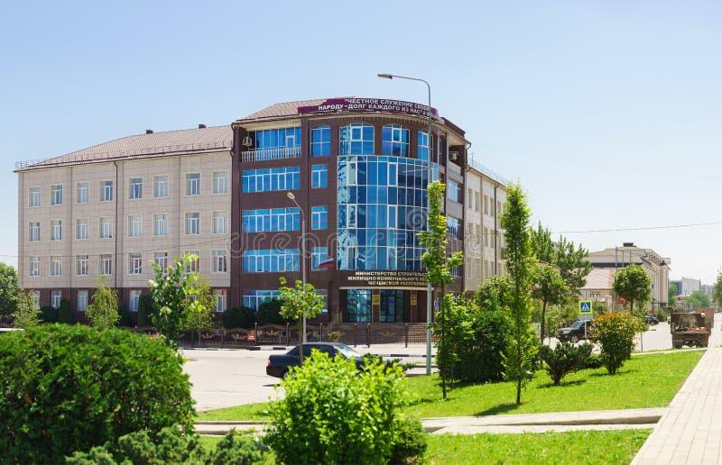 Construcción del ministerio de la construcción y vivienda y servicios comunales de la república chechena Firme en ruso con el nom fotografía de archivo