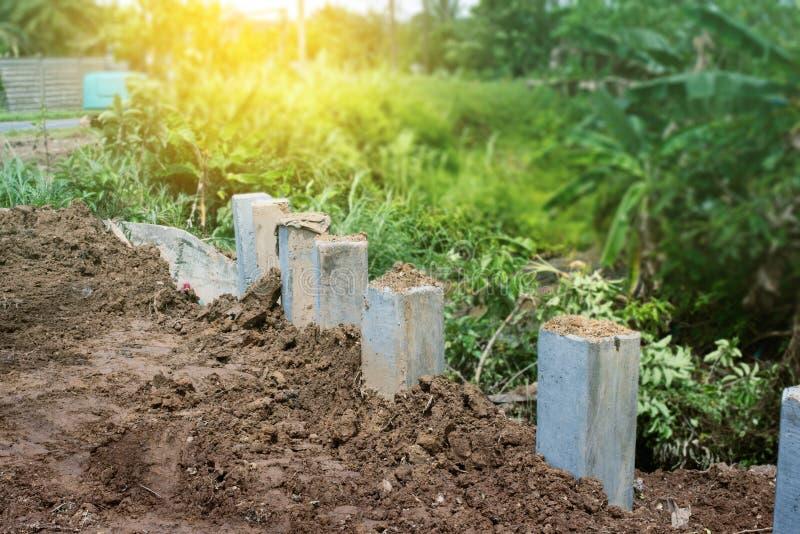 Construcción del muro de contención Hundimiento de protección del riverbank, concr imagenes de archivo