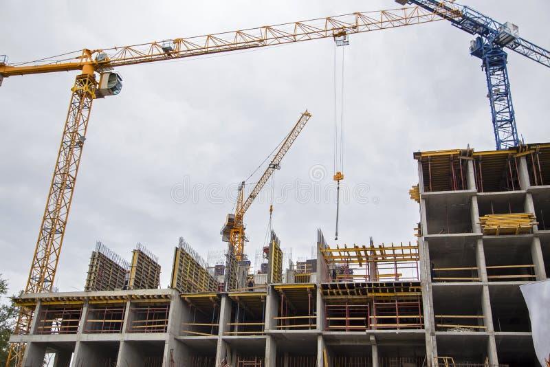 Construcción del nuevo edificio de varios pisos imagenes de archivo