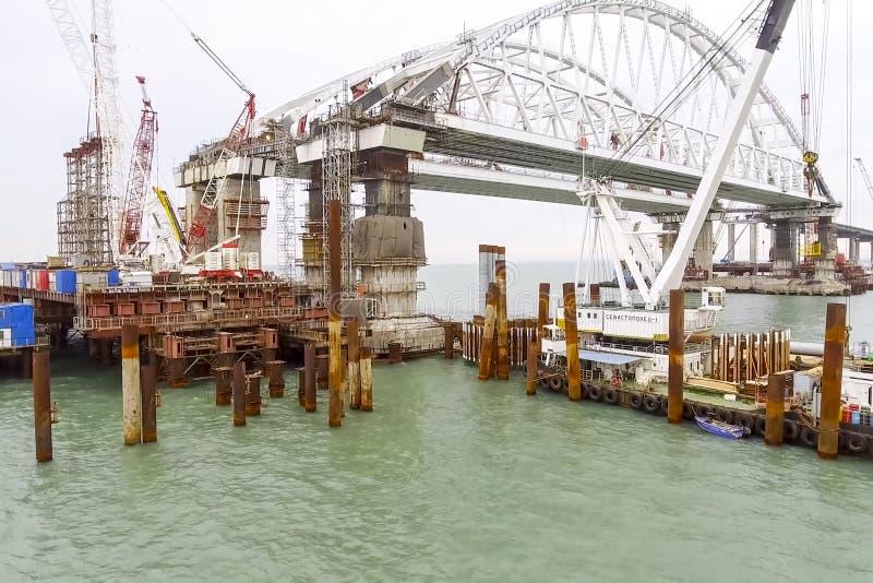 Construcción del puente Instalaciones de la ingeniería para la construcción de un puente del ferrocarril y del automóvil a través imagen de archivo libre de regalías