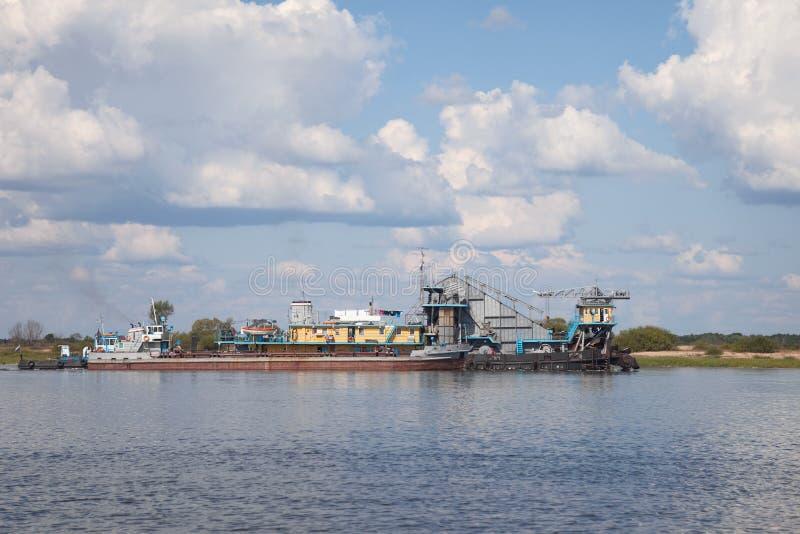 Construcción flotante de las naves viejas en el río imagen de archivo