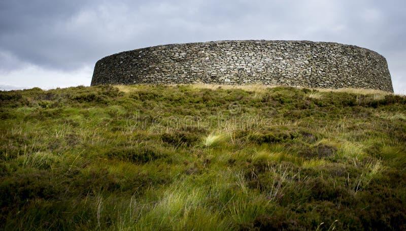 Construcción irlandesa antigua durante luz del día en campo imagenes de archivo