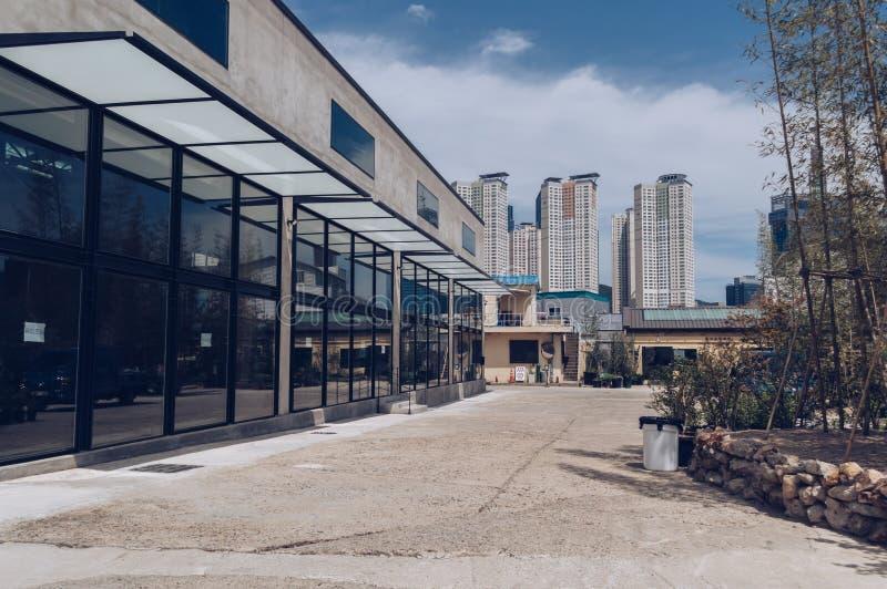 Construcci?n llevando a cabo el espacio del arte en Bus?n con paisaje urbano imagen de archivo