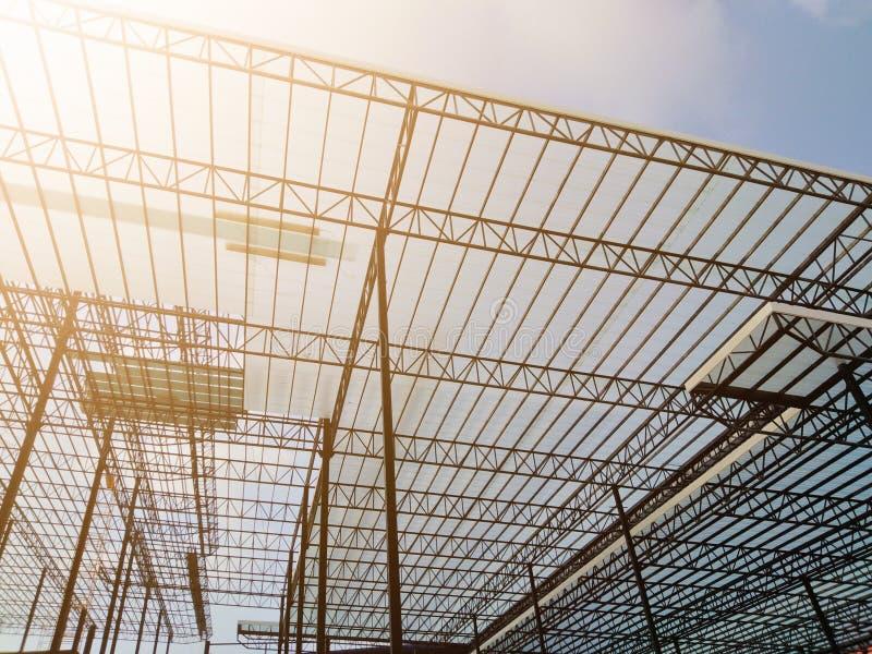 Construcción, marco de acero, estructura de tejado, trabajador de construcción, opinión del cielo, imágenes de archivo libres de regalías