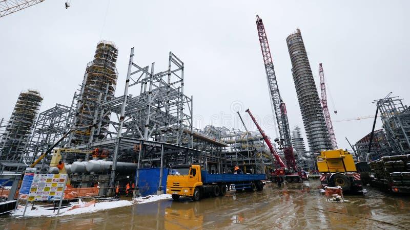 Construcción metálica de la instalación futura Zona industrial, el equipo del refino de petróleo, primer de tuberías industriales foto de archivo libre de regalías